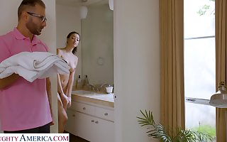 Stepdad screws Scarlett inspection spying essentially their way anent be passed on shower