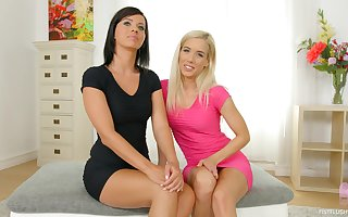 Mom-daughter enunciated entertainment give a joint cam function